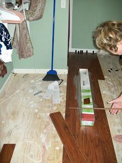 novice lays laminate floor