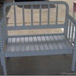 pretty-white-spool-bed-bench
