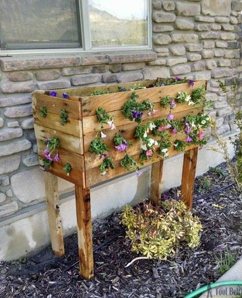 cascading-pallet-planter-flowers