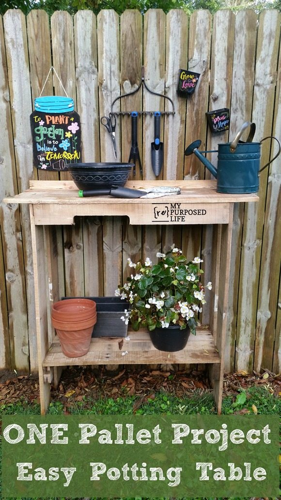 How to make a quick and easy one pallet project. This easy potting table also known as potting bench is a perfect weekend project for backyard garden area. #MyRepurposedLife #repurposed #pallet #pottingbench #outdoor #beveragestation via @repurposedlife