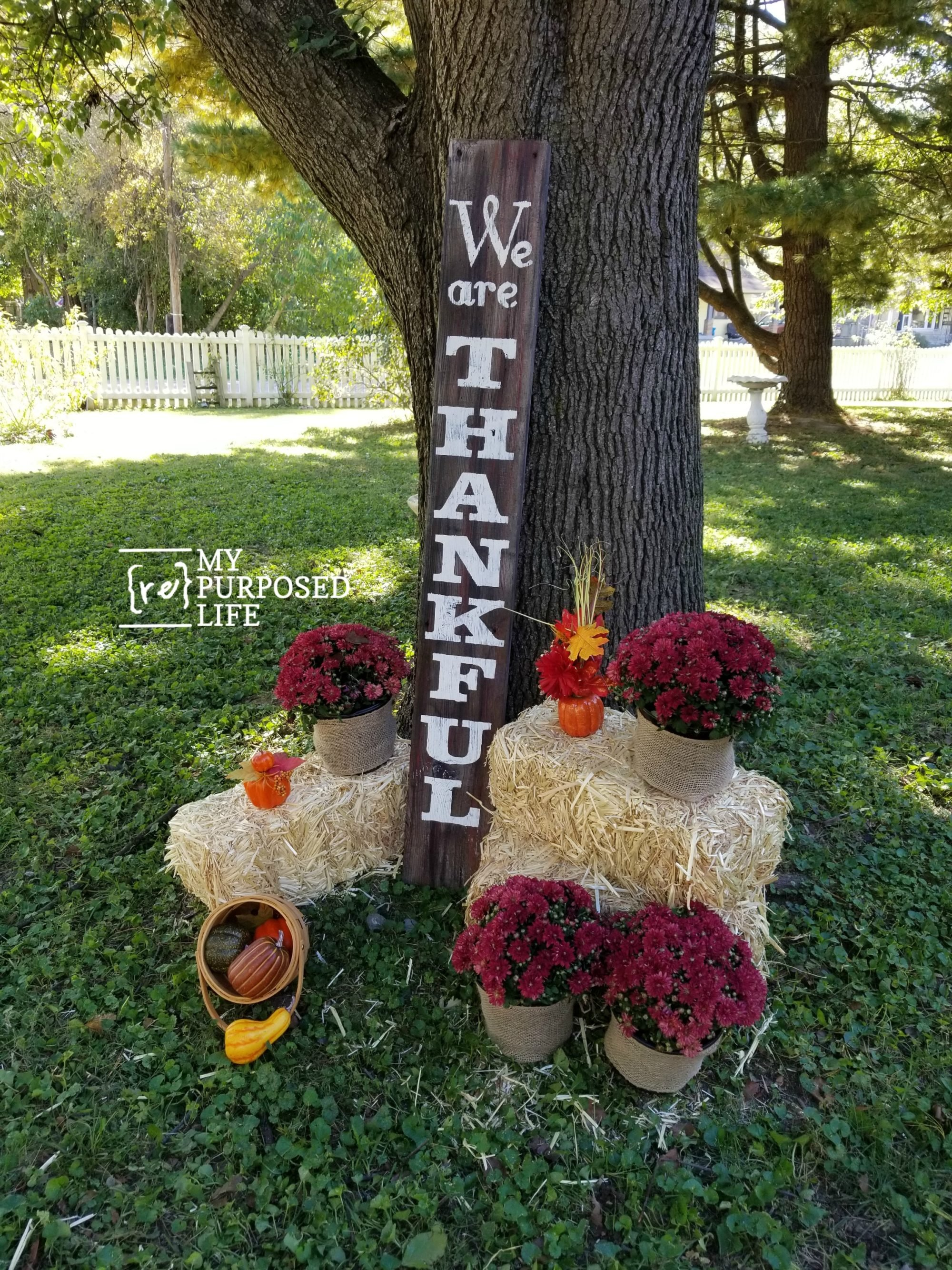 I love this tall We Are Thankful Handmade sign! It would be perfect for my front porch. #MyRepurposedLife #fall #decor #porch #sign #diy #reclaimed #wood via @repurposedlife