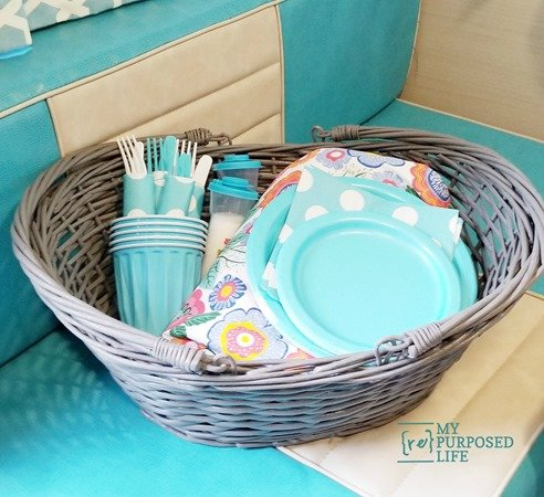 paint a wicker basket to use for picnics MyRepurposedLife