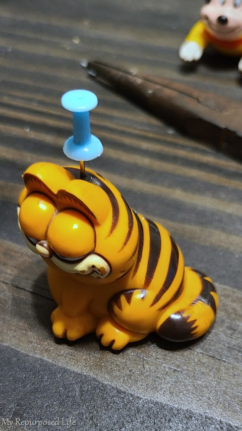 diy garfield ornament with a pushpin